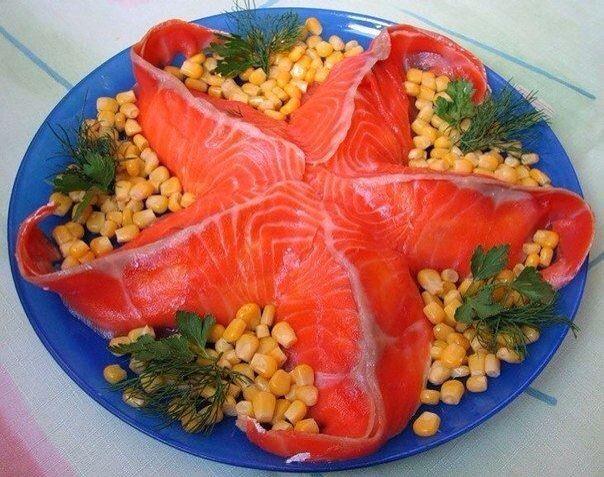 салат морской: яйца,зелень, малосольная семга,вареный картофель, консервированный ананас, соль, майонез,перец черный
