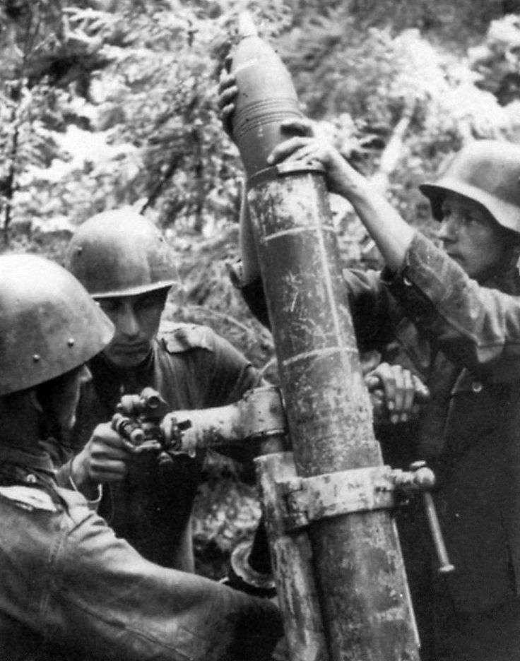 Finnish soldiers firing a caprured Soviet 1938 120 mm Mortar 1940