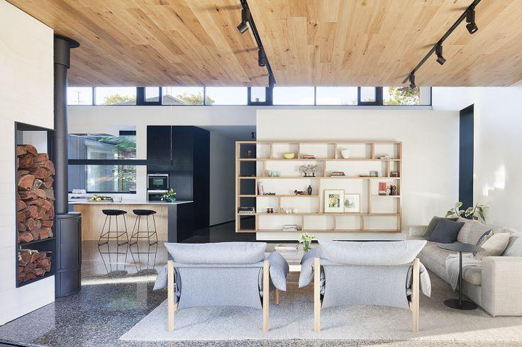 Webster St House - Moloney Architects Ignoremos los suelos de marmol. el forjado de madera contralaminada expuesta. El detalle del almacenamiento de la madera para la chimenea. las ventanas bajo la linea de forjado. hay cositas bonitas aquí