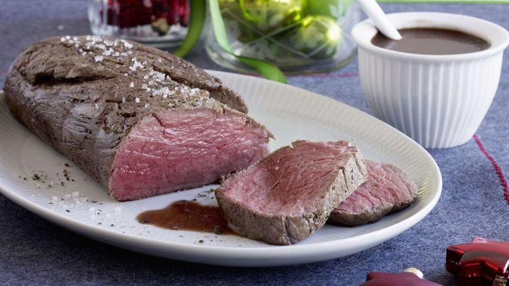 Eine mit Lebkuchengewürz, Knoblauch und Orangensaft gewürzte Portweinsauce veredelt das am Stück bei Niedertemperatur gebratene Rindsfilet.