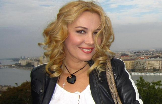 Dana Săvuică și lista ei de burlăciță - http://secretefeminine.ro/dana-savuica-si-lista-ei-de-burlacita/