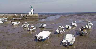 Pleamar y bajamar en el puerto de la Flotte en la isla Ré (Francia).