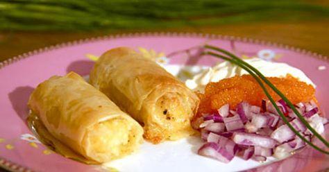 Västerbottenost och potatis i filodegsrullar som serveras tillsammans med löjrom.