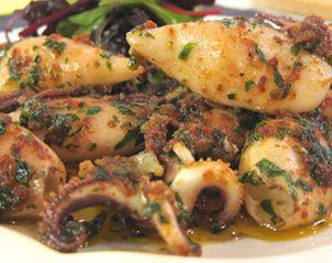 Ingrédients: – 400 g de petits calamars (avec têtes) – 1 botte de persil plat – 2 gousses d'ail – Huile d'olive – 2 noisettes de beurre – 2 cuillères à café de confit de tomates – Un peu de salade de jeunes pousses (pour le dressage) – Sel, poivre Préparation: Laver les calamars et