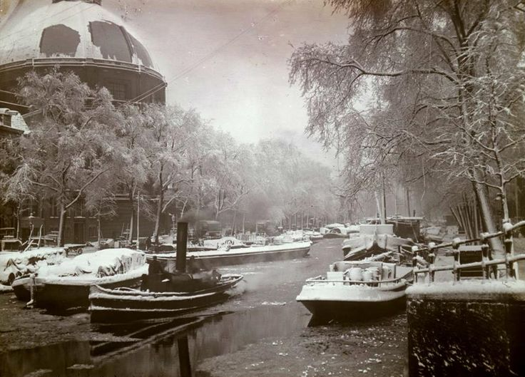 1940's. Winter on the Singel in Amsterdam. On the left the Ronde Lutherse Kerk or Koepelkerk. #amsterdam #1940 #singel