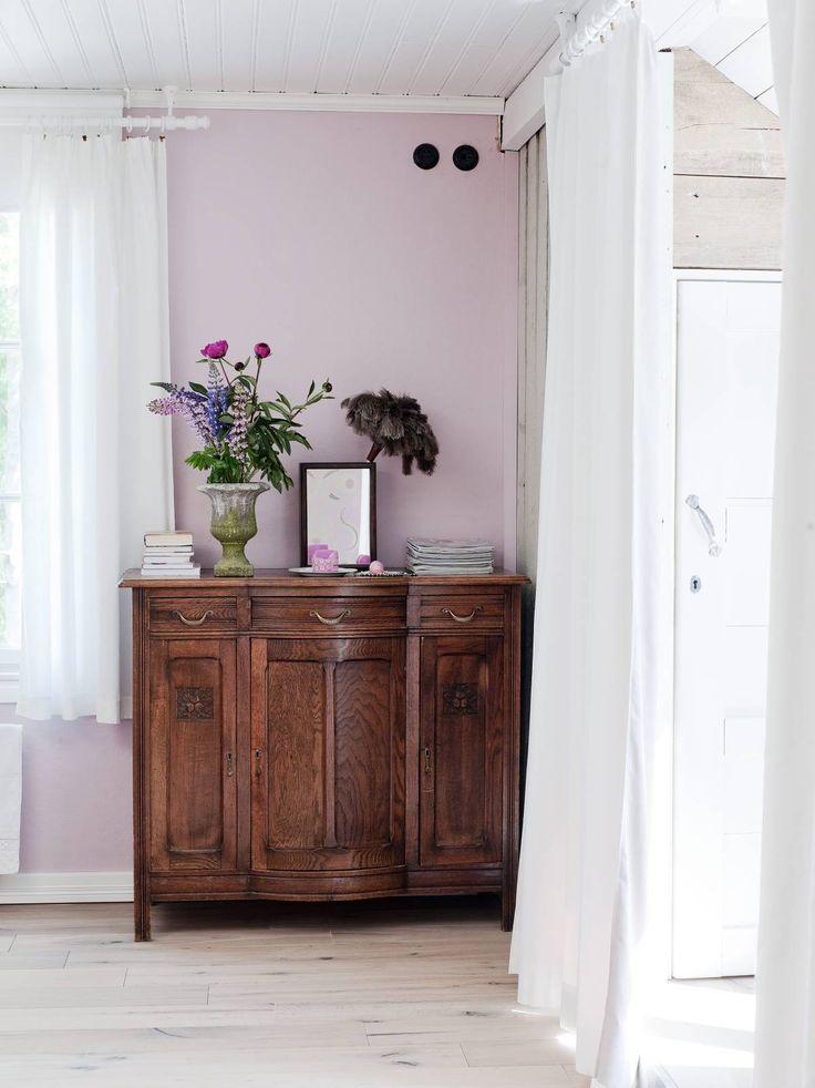 Sannan ja Timon makuuhuoneessa on katon viiston osan alle tehty molemmille omat vaatehuoneet. Yksi seinä on maalattu Tikkurilan vaaleanpunaisella sävyllä. Lipasto on Sannan ja Timon ensimmäinen yhteinen antiikkiostos vuodelta 1986 kotkalaisesta antiikkiliikkeestä. Siihen kuuluu myös yläosa, jossa on lasivitriini. Ruukku on ostettu Billnäsistä puutarhamyymälästä ja pölyhuiska Rakennusapteekista.