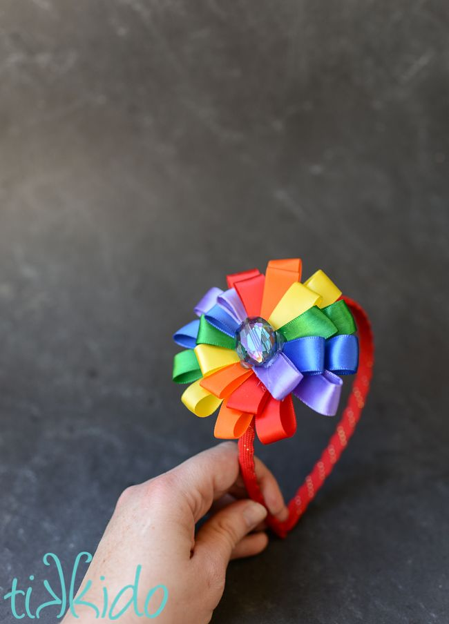 Make this easy rainbow ribbon flower headband in just a few minutes with a glue gun. It's the first tutorial of Rainbow Week at Tikkido!