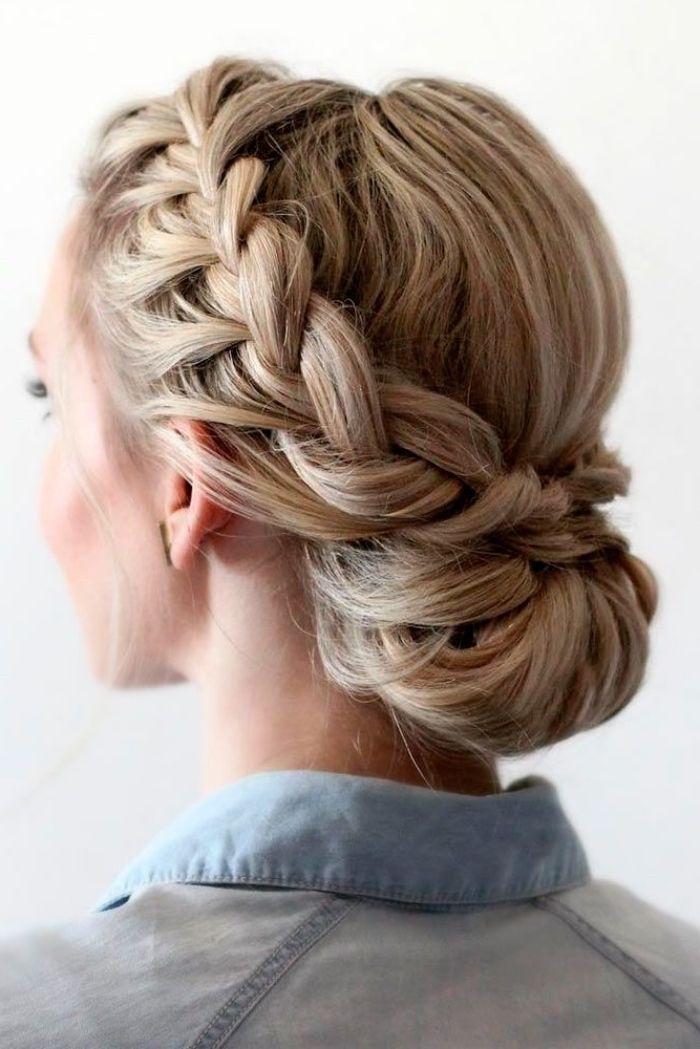 blondes Haar, mit Glanzlichtern, in niedriger Hochsteckfrisur, geflochten … – frisuren