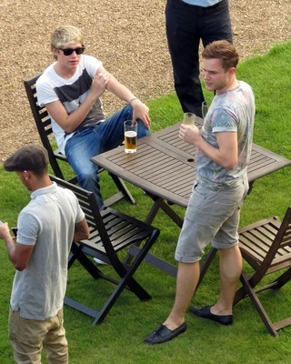 lololol look its niall and olly... but olly's shoes. HAHAHA