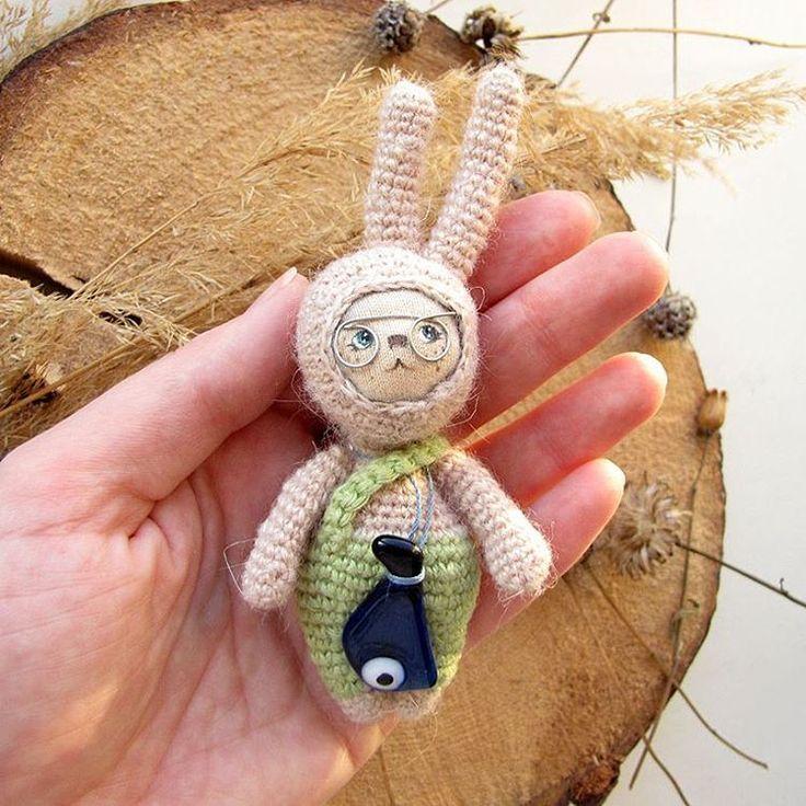 Заяц с волшебной рыбой. Вязаный, рисованный со стеклянной рыбой на шнурке. Upd нашел хозяина #амигуруми #заяц #кролик #вязание #вяжутнетолькобабушки #любоидорого #luboidorogo #amigurumi #rabbit #knitting #knittingtoys #knittingcrochet #weamiguru #あみぐるみ