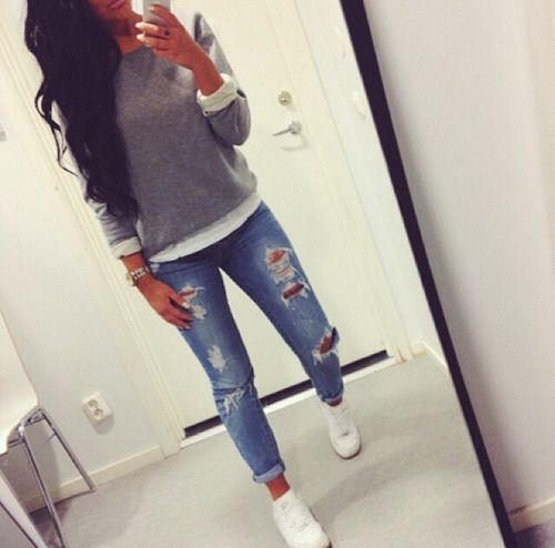 Afbeelding via We Heart It weheartit.com/… #autumn #girly #outfit #rippedjeans…