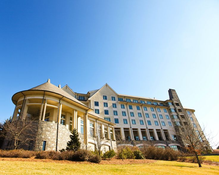 Hotels near Biltmore Estate There's a wide selection of hotels near Biltmore Estate, and it covers all price ranges. Even some of the budget accommodation features such amenities as outdoor pools. There are midrange and upscale hotels that come with indoor pools and health clubs.
