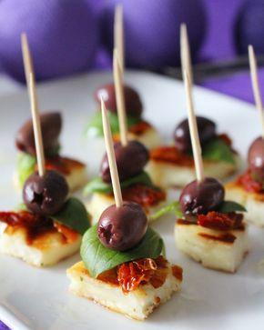 Du behöver1 halloumiost5 soltorkade tomater, strimladeFärsk basilika10 kalamon oliver, kärnfriaTandpetareGör såhärSkär halloumin i kuber, stek i olivolja.Trä halloumin, soltorkade tomater, färsk…
