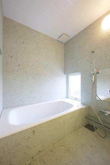 十和田石貼りの浴室。