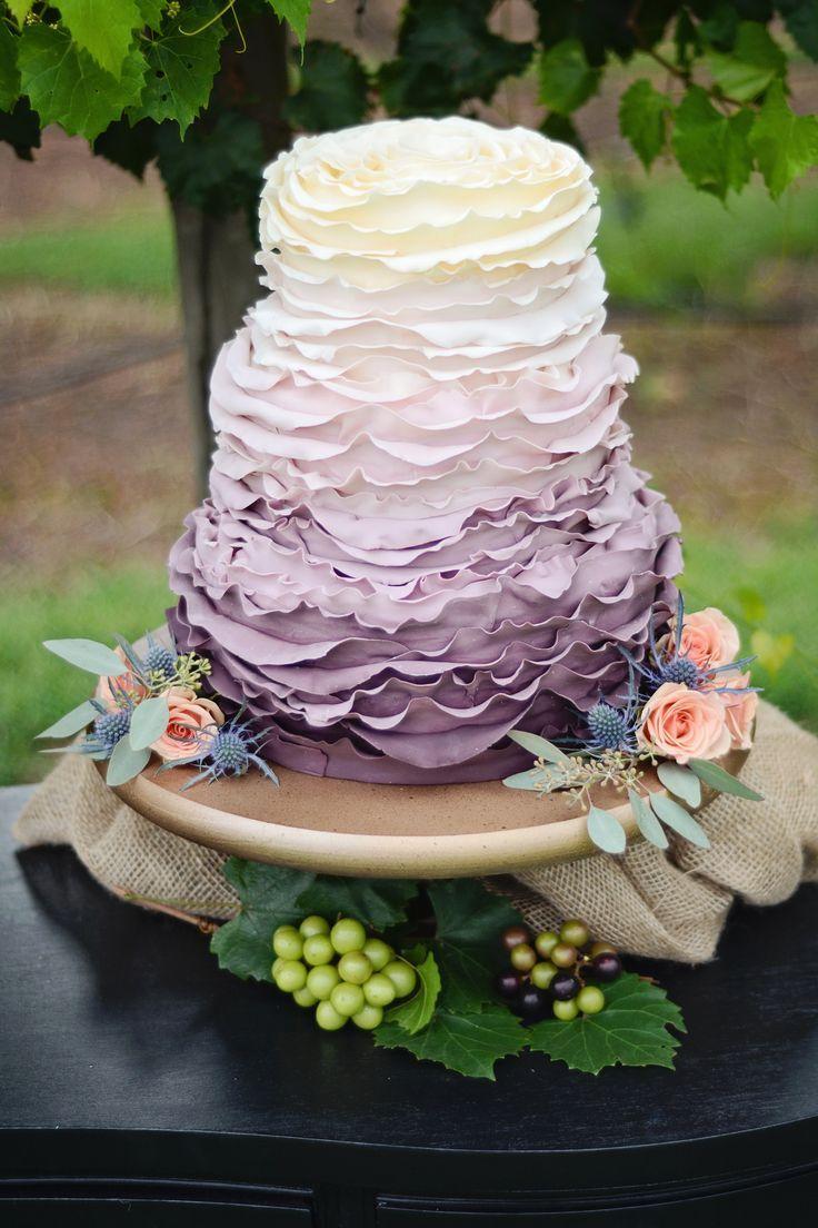 O ombré com tonalidades lilás e roxo também são uma boa aposta para um bolo romântico e de personalidade.