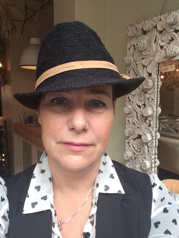 Stoere herfstlook. Het hoedje is zwart met een leren bandje. Verkrijgbaar bij oa Living in Den Haag. 18-09-2015