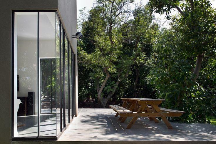 บ้านปูนโมเดิร์นสีเทา เท่กลางสวน