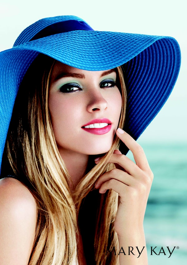 A fabulous summer look with Nichole in Mary Kay.