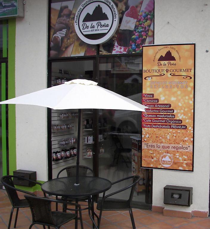 Visita Nuestra tienda y disfruta de un lugar tranquilo y acogedor, encontraras Café Orgánico, Aromáticas de frutas deshidratadas , y tablas de quesos para dos. vinos de las mejores bodegas. Pinares de Aragon local 12 Carrera 17 N 8-140 Pereira, Risaralda.