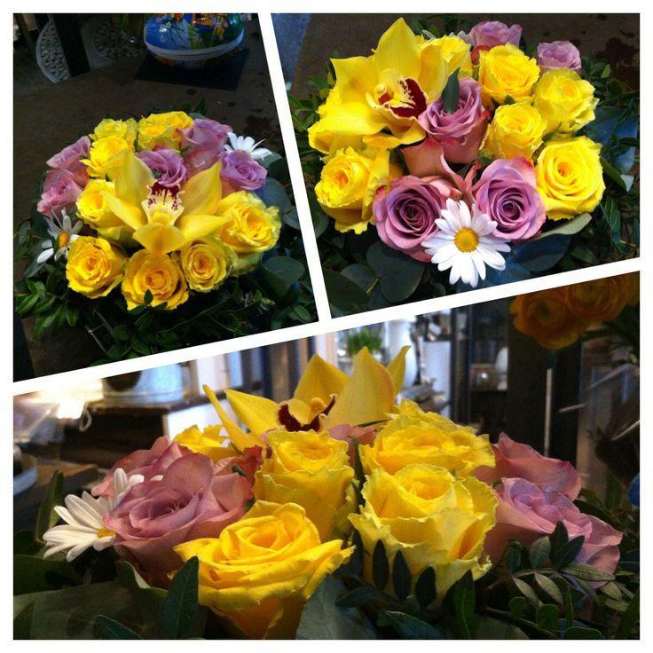 Jeg lagde to dekorasjoner for 400kr som ble sendt ut som ordre. Vi hadde veldig få blomster i butikken siden det er påske snart og butikken skal være stengt i noen dager. Likevel så hadde jeg gule roser som fikk dekorasjonen til å skape en påskeaktig stemning. Lilla roser brukte jeg for å få en kontrast. Lilla mot gult ble en fin kvantitetskontrast som jeg synes var gøy å bruke i dekorasjonene mine. God påske alle sammen!