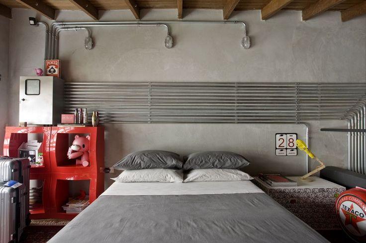 decor; bedroom; bed; red furniture; grey walls; decoração; quarto; cama; móveis vermelhos; parede cinza;