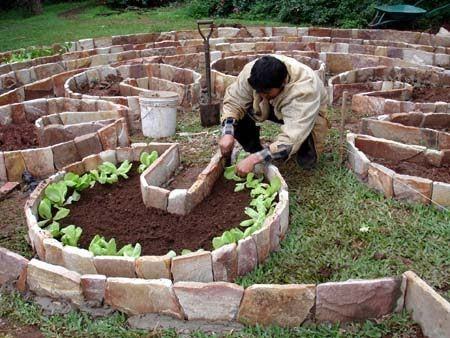 small mandala key-hole garden. Pagina es en espanol!