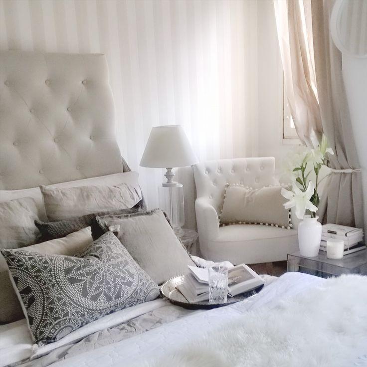 Makuuhuoneen vaalea elegantti sisustus täynnä kauniita asioita