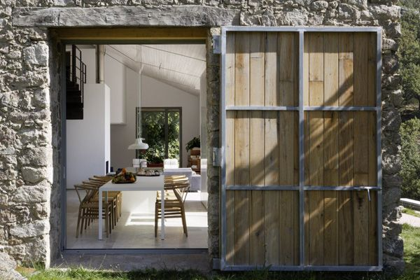 Nestled in a privileged environment in the province of Cáceres, Spain the aim of Madrid-based firm Abaton Architects was to transform an abandoned stable into a family home through a comprehensive rehabilitation, with respect to the surrounding environment.
