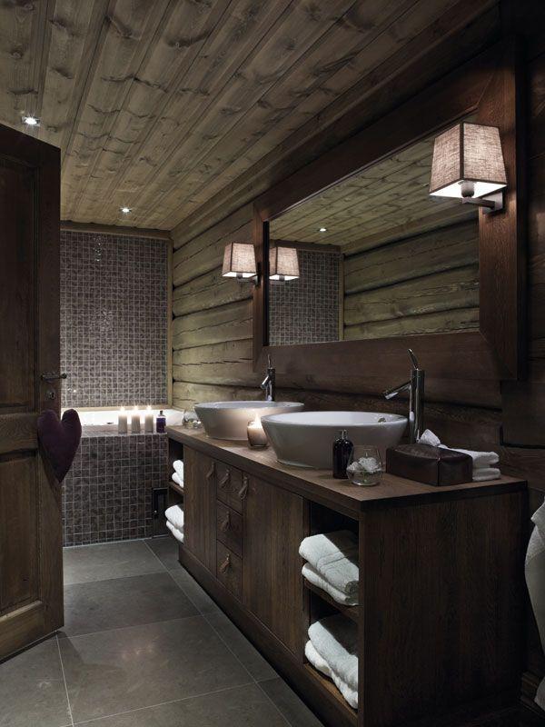 Moderne og nostalgiskBadeværelset nær hovesommet har både badekar og dusjsone. To store hvite servanter er plassert på håndsnekret servantskap. Tømmervegger og fliser i lærfarge gir rommet et høyst personlig preg.