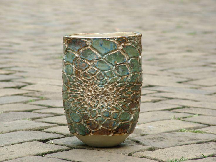 Het reliëf op deze vaas is ontstaan door een kanten tafelkleedje in de natte klei te drukken.