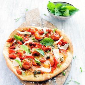 Polentová pizza s rajčaty, šunkou a bazalkou