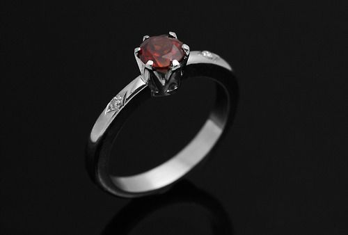 Anel de noivado com Granada e Diamantes. Mama Coca Sob Medida. Garnet and diamonds engagement ring. Mama Coca Custom-made. www.mamacoca.com.br