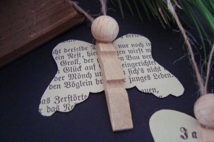 Aus einer Hälfte einer holzigen Wäscheklammer, aus alten Buchseiten und einer kleinen Holzkugel sind diese Engelanhänger entstanden.        ...