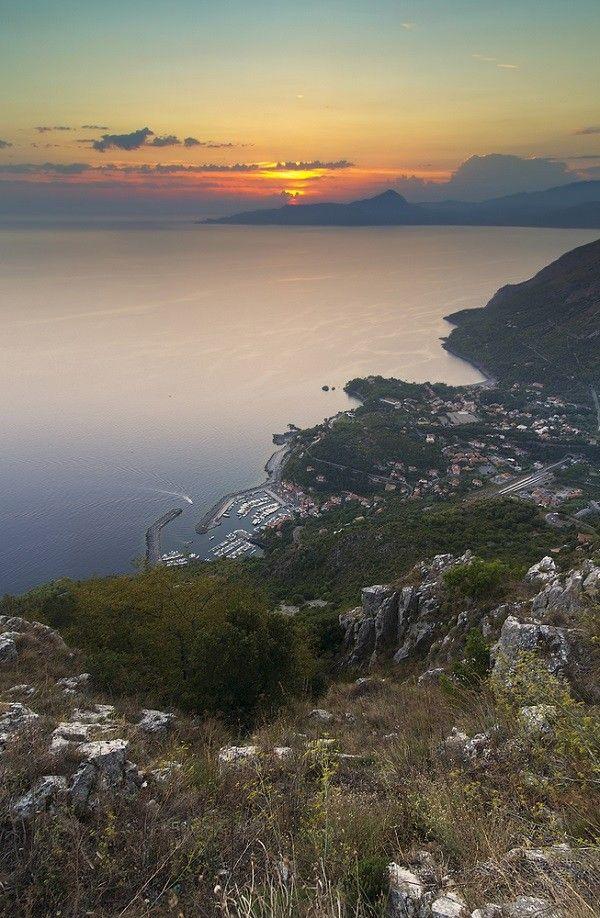 Maratea ligt in het diepe zuiden van Italië, in de regio Basilicata. Het is een favoriete vakantiebestemming van Italianen zelf, met mooie stranden en grotten.