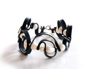 Pulsera de caucho ondulado hecho a mano con tubo interno del neumático reciclado bicicleta, perlas de color blanco y acero inoxidable / grande del remolino pulsera arte blanco y negro