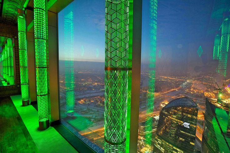 Огромное фасадное остекление - это потрясающие виды. Банальные шторы - не по уровню люксового пентхауса. Импосты фасадного остекления оформлены колоннами с лазерной резкой. В результате создаётся выразительный ритм светящихся элементов.  #окна  #пентхаус ММДЦ, пентхаус. Колонны-светильники созданы по нашим эскизам.