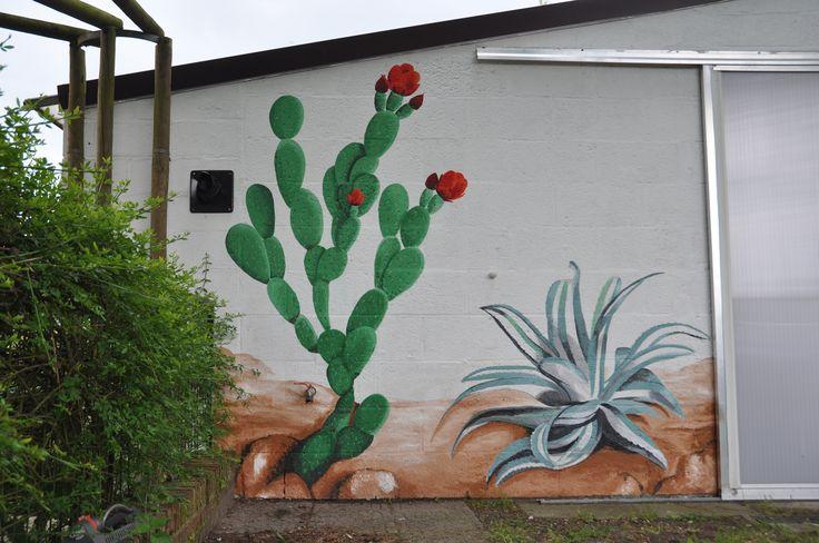 Gevelschildering: cactussen en kauw. Door Andrea Haandrikman, 2015. Acrylverf op ruw stucwerk. Schijfcactus en agave