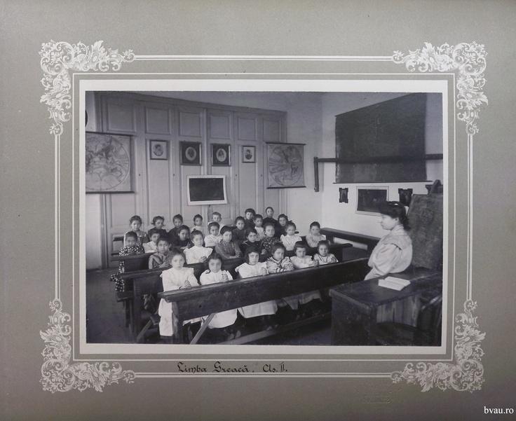 """Şcoala de fete - Limba greacă cls. II, Galati, Romania, http://stone.bvau.ro:8282/greenstone/collect/fotograf/index/assoc/Jdir005.dir/Pag05_Limba_greaca_cls_II.jpg.  Imagine din colecţiile Bibliotecii Judeţene """"V.A. Urechia"""" Galaţi."""