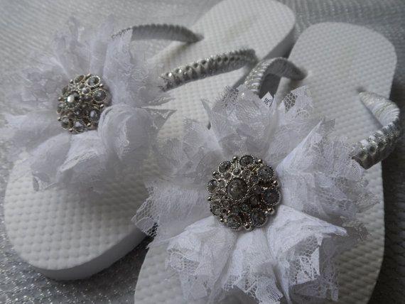 Blanco novia Flip Flops / blanco encaje flor Flip Flops / chanclas Rhinestone nupcial / zapatos de damas de honor / novia sandalias.