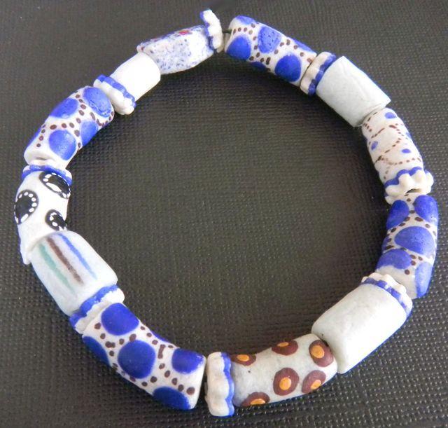 witte armband. Van glazen Afrikaanse kralen uit Ghana.