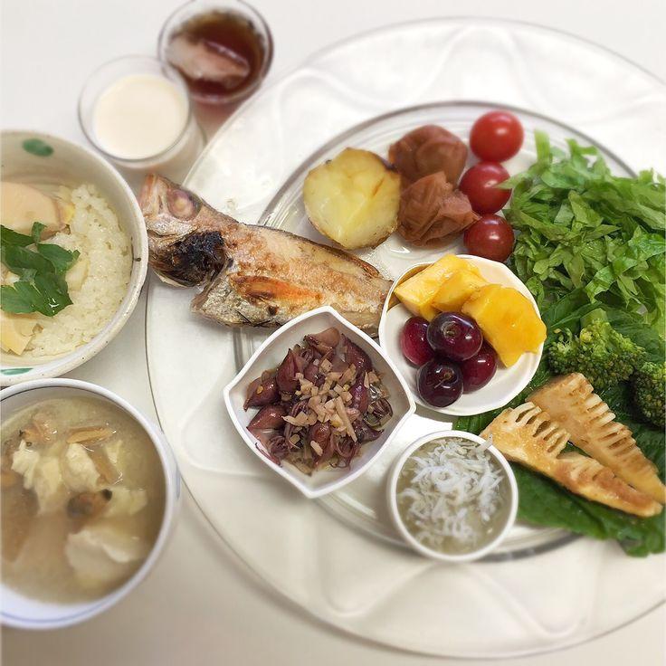"""Dr. Yumi Nishiyama's """"The Original Diet Plate"""" for beauty & health from japanese doctor‼️  Clockwise eating healthy foods from 12 o'clock on a large plate❣️  2016年5月25日の「ドクターにしやま由美式時計回り食べダイエットプレート」:女性医師が栄養バランスを考えた、美味しいプレートのご紹介。  大きめのプレートに、血糖値を急激に上げないように考えた食材を並べ、12時の位置から順番に食べるとても分かり易い方法です。  血糖値を上げないこの食べ方は、身体に優しく栄養補給ができるので健康を維持できます。オリジナルの⭐️西山酵素⭐️も最後に飲みます。  ⭐️美女のスイッチ⭐️⭐️時計周りに食べなさい⭐️の西山由美医師の本もAmazonで購入可。  http://www.momohime-medical.com  #ダイエットプレート #dietplate #にしやま由美がセミナーも開催 #食べて痩せるプレート"""