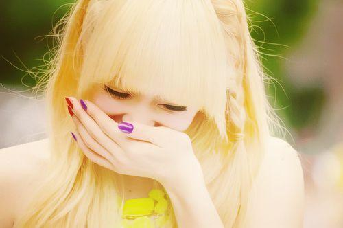 • Victoria Song; Çinli şarkıcı, dansçı, oyuncu, model ve beş kişilik Koreli kız grubu f(x)'in lideri…  • Victoria, Kore'de doğmayan üç üyeden (diğerleri Amber ve Krystal) biri. Kore'de aktif olan Çin kökenli en ünlü kişiler arasında.  • Victoria; Qingdao, Shandong'da doğdu. Pekin Dans Akademisi'nde geleneksel Çin dansını öğrenmek için küçük yaşta memleketinden ayrıldı. Liseden mezun olduktan sonra Pekin Dans Akademisi'ne katıldı ve etnik Çin dansında uzmanlaştı.