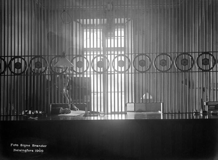 Rahastonhoitajan konttori Helsingin vanhalla rautatieasemalla. Foto: Signe Brander, 1909.
