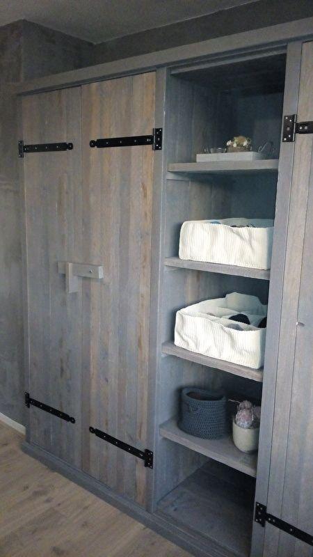 Kedingkast 'Eindeloos' greywash (maatwerk) | grijze kledingkast van steigerhout | landelijke kledingkast  door VanStoerHout