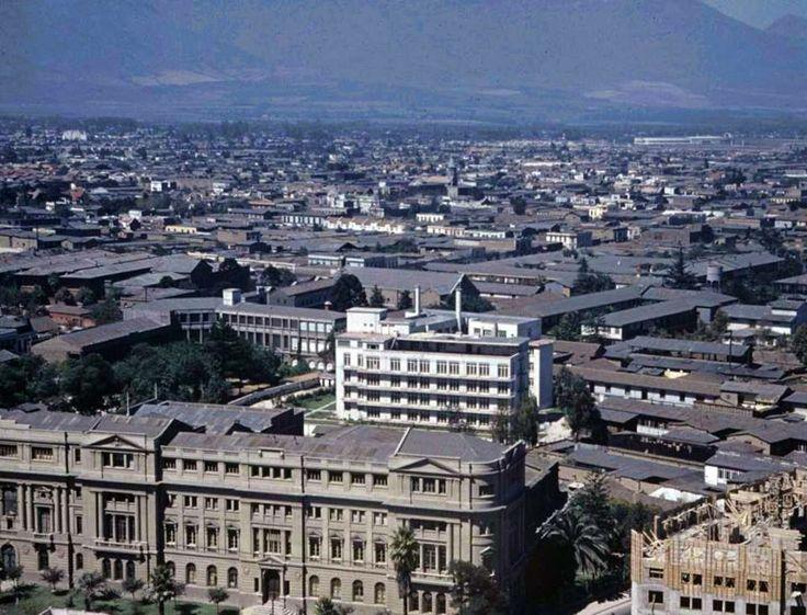 Panorámica desde el cerro Santa Lucía hacia el sur oriente de Santiago con el edificio de la Universidad Católica de Chile en primer plano y arriba a la derecha el Estadio Nacional en el año 1941.
