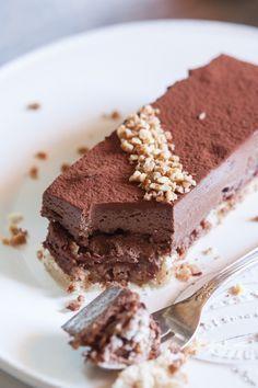 Le royal au chocolat, ou trianon est un grand classique en pâtisserie. Et pourtant, il n'est jamais passé par ma cuisine, jusqu'à aujourd'hui! C'est une commande que j'ai eu pour samedi, qui m'a do...
