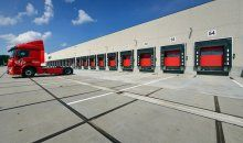 Turnkey nieuwbouw logistiek centrum in Lemelerveld. Oppervlakte ca. 4.500 m2 en 3.000 m2 laadkuil. Er zijn 52 docks en 2 busdocks voorzien.