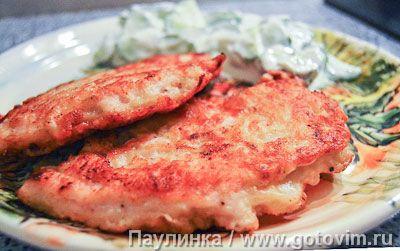 Для панировки картофель натирают на мелкой терке, смешивают с яйцом, водой (или молоком) и мукой. В готовый кляр опускают разрезанное вдоль куриное филе, а затем обжаривают на сковороде по 4-5 минут с каждой стороны. На гарнир - огуречный салат со сметаной.