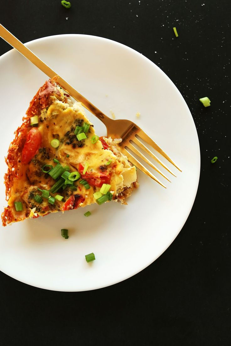 AMAZING 10-ingredient Tofu Quiche with roasted veggies and a HASH BROWN CRUST! #vegan #glutenfree You won't miss the eggs one bit!