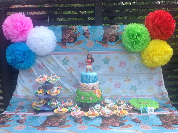 Sweet table: Vaiana cupcakes, cookies and cake